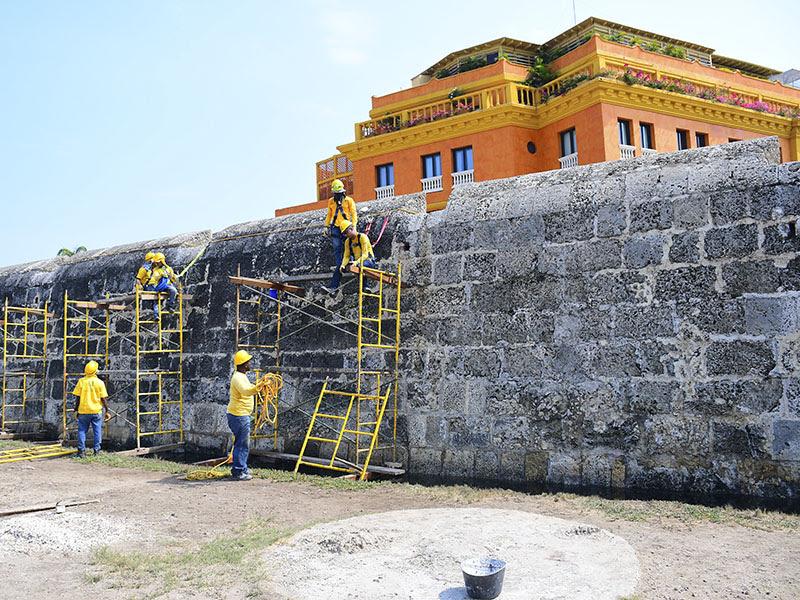 Escuela taller remueve costra negra de las murallas de cartagena de indias primertiempo co - Taller de las indias ...